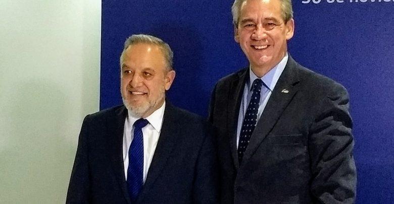 El administrador de servicios José Arturo Durán Miranda junto al alcalde Héctor López Santillana