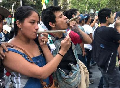 Photo of Jóvenes fuman marihuana frente al Senado de la República: demandan su legalización