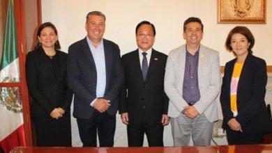 Miguel Márquez y representantes consulares de Japón