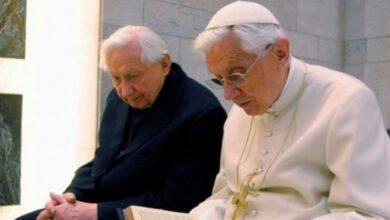 Ambos hermanos fueron ordenados como sacerdotes el mismo día en 1951, y se informó que eran muy unidos