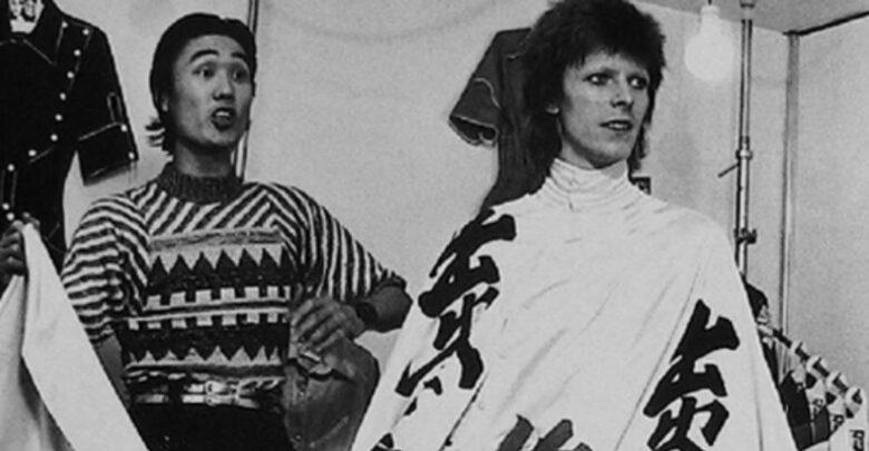 Con sus atrevidas prendas vanguardistas, trabajó el alma del vestuario para el alter ego de Bowie, Ziggy Stardust, con colores eléctricos y formas espaciales