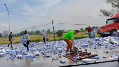 Photo of ¿Actitud de viernes? Vuelca tráiler de cerveza y provoca rapiña