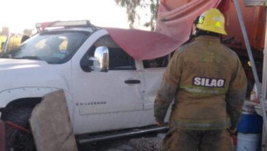 Photo of Tráiler y camioneta chocan contra puesto de tortas en la León-Silao