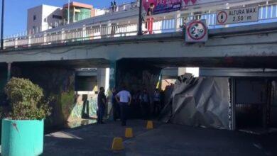 Photo of Camión se queda atorado en el Puente del Amor