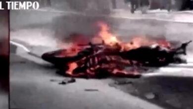 Photo of Pobladores detienen a motorratón, lo golpean e incendian su moto
